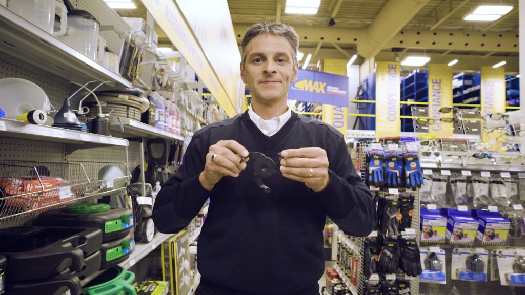 Un expert NAPA montre les outils dont vous avez besoin pour une vidange d'huile.